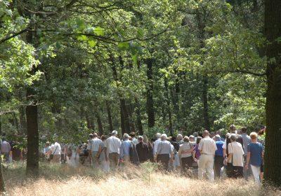 bezoekers-rouwen-natuurbegraafplaats-weverslo